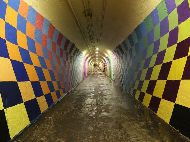 Terowong Subway ini kelihatan seperti sebuah portal ke dunia Fantasy Psychedelic