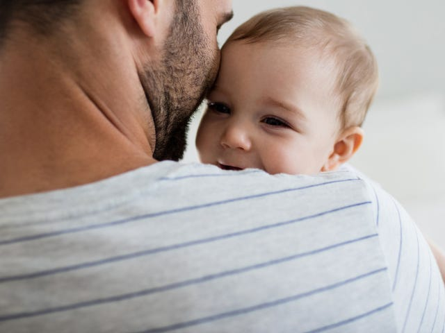 Давайте перестанем поздравлять мужчин с отцовским отпуском