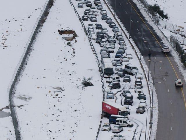 Τι πρέπει να κάνετε αν το αυτοκίνητό σας χτυπηθεί σε μια βίαιη καταιγίδα;