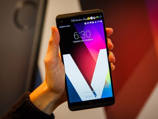 The person in this LG V20 review picture has tiny Trump hands