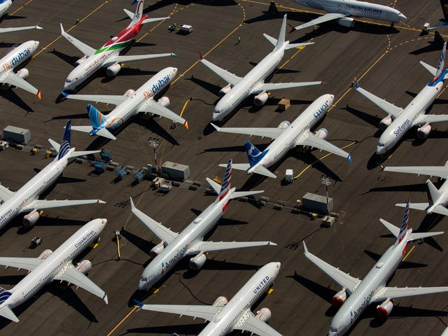एक एयरलाइन का दावा कैसे करें जो आपकी उड़ान को रद्द करने के बाद आपको भुगतान करने से इनकार करती है