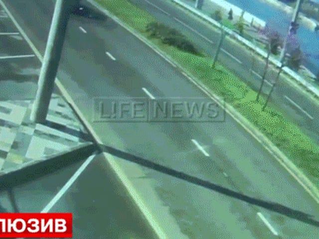 L'as russe du football oblitère la Nissan GT-R dans un accident à 100 km / h