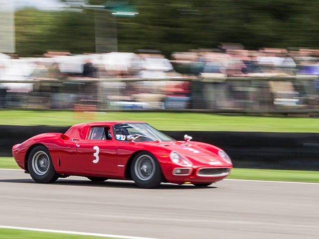 Aqui está Chris Harris gritando ao redor do circuito de Goodwood em uma Ferrari 250 LM