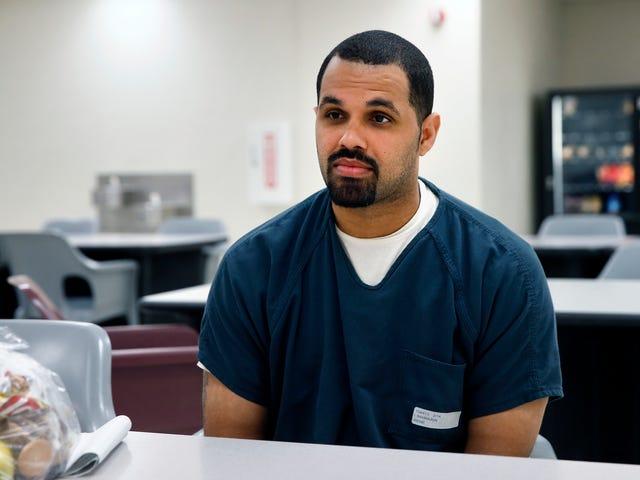 Губернатор помилує чоловіка, який виграв звільнення з в'язниці і був підхоплений ДВС того ж дня