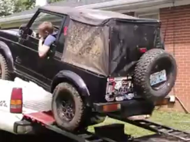 Regardez ce mec charger son samouraï Suzuki dans une camionnette ordinaire