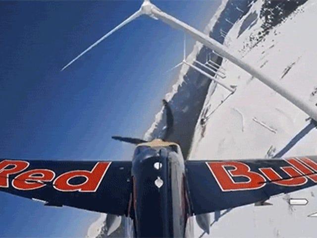 Crazy flygplan flyger in och ut och genom en vindkraftpark