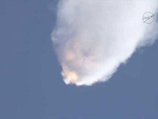 Xem tên lửa Falcon 9 của SpaceX tan rã trong chuyển động chậm