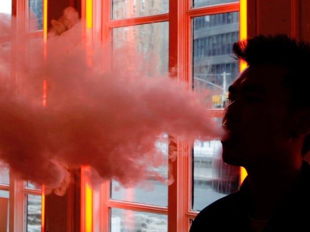 Teen Vaping Skyrockets Mens ungdomsbinge drikker, røyker og opioider misbruk fortsetter å falle