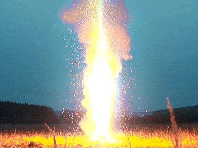 Освітлення 10 000 Sparklers Відразу створює вражаюче гігантське полум'я