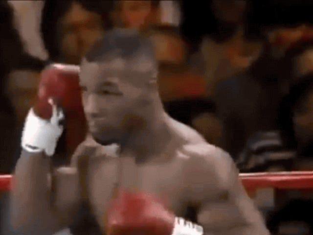 ¿Viajó en el tiempo el señor que aparece detrás de Mike Tyson en je vídeo de 1995?