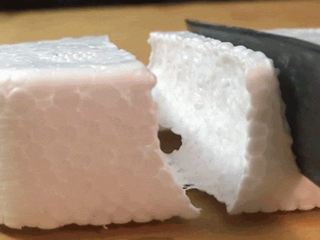 Ver como un cuchillo caliente cortado con espuma de poliestireno es sorprendentemente satisfactorio