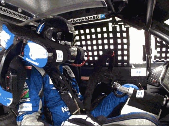 Dale Earnhardt Jr. perde o volante, carro de bois com uma mão como um chefe