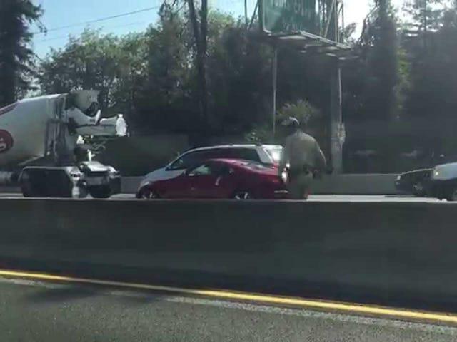 Nhìn vào anh chàng này Trailing Taser Dây điện chạy một nửa trần truồng trên đường cao tốc