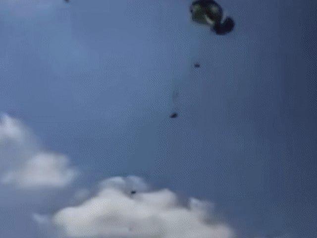 Żołnierz USA celowo odcinał pasy spadochronowe podczas humvee podczas spadania powietrza