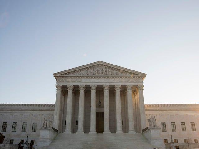 La Corte Suprema ha fermato un ordine permettendo allo studente transessuale di usare il bagno della sua scelta