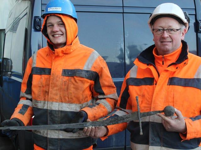 """挖掘下水道的丹麦工人挖掘""""仍然锋利""""的中世纪剑"""