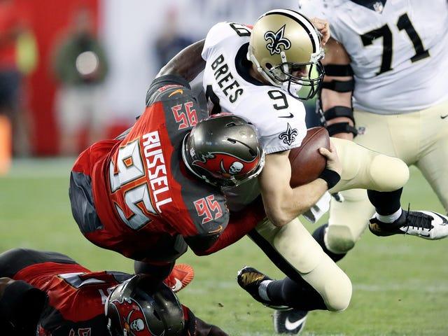 L'agente libero della NFL Ryan Russell, che ha interpretato Cowboys and Buccaneers, esce come bisessuale