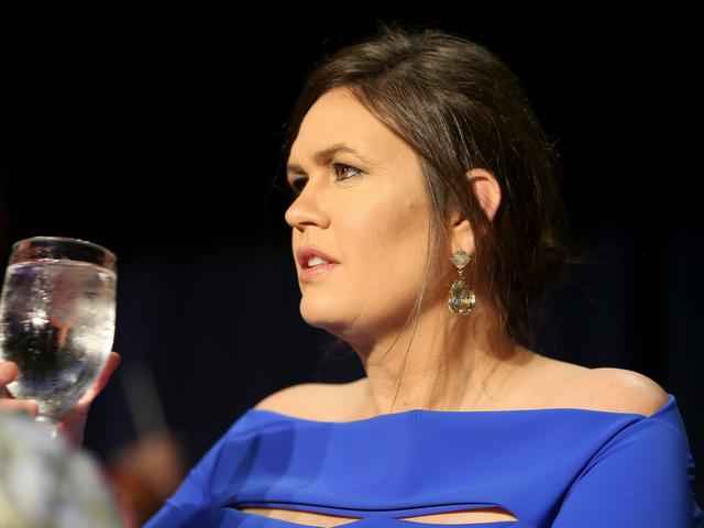 Suckabee geht in Flammen als Proxy für Donald Trump bei WH Korrespondenten Abendessen, Schneeflocken Liquefy