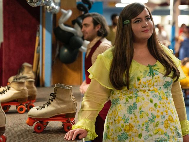 Hulu'nun Shrill Sezon 2'ye ilk bakışında tekerlekli paten ve daha şaşırtıcı kıyafetler var