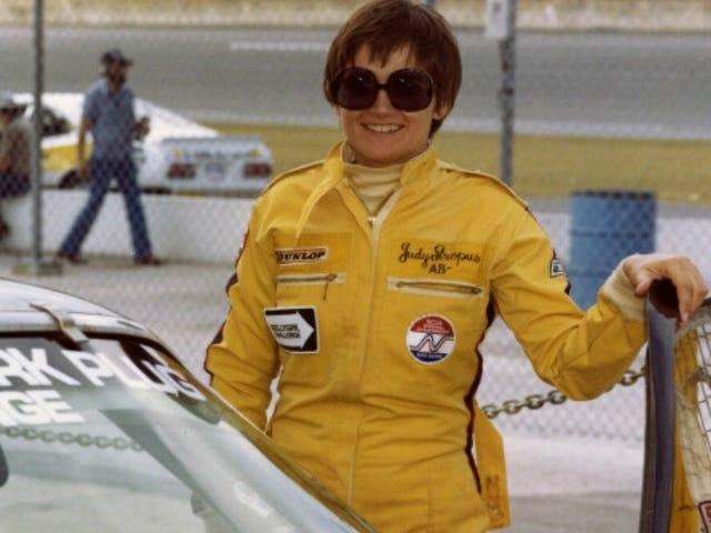 Judy Stropus hallitsi ajoitusta ja pisteytystä kilpa-ajoissa ennen tietokoneiden viilentämistä