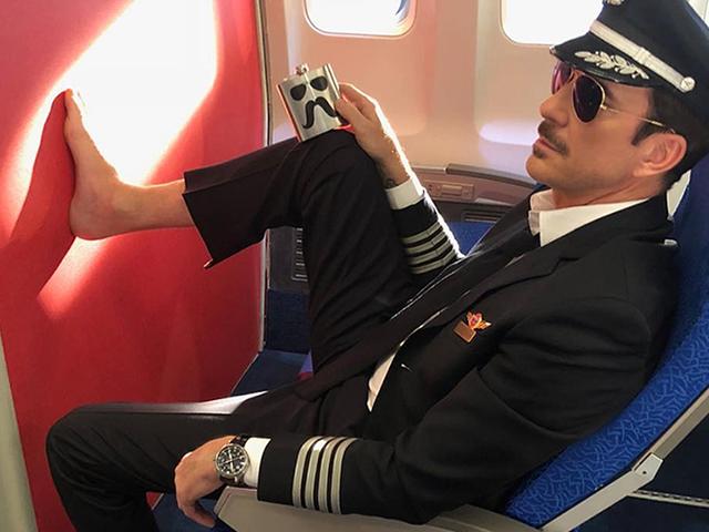 La razón la que nunca debes descalzarte en una avión no es la cortesía