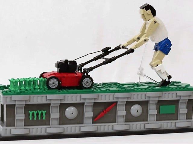 At se denne Lego Figur fortsætter løbende med græsplænen sin mest afslappende ting