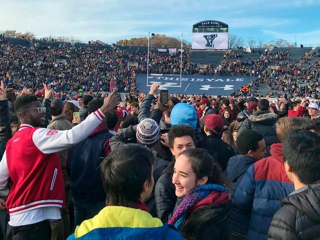 Cientos de activistas del cambio climático retrasaron el partido de fútbol de Harvard-Yale