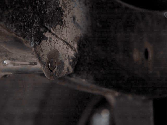 Pasa tres años restaurando a mano un Land Rover oxidado y lo graba en un time lapse que es amor por la mecánica