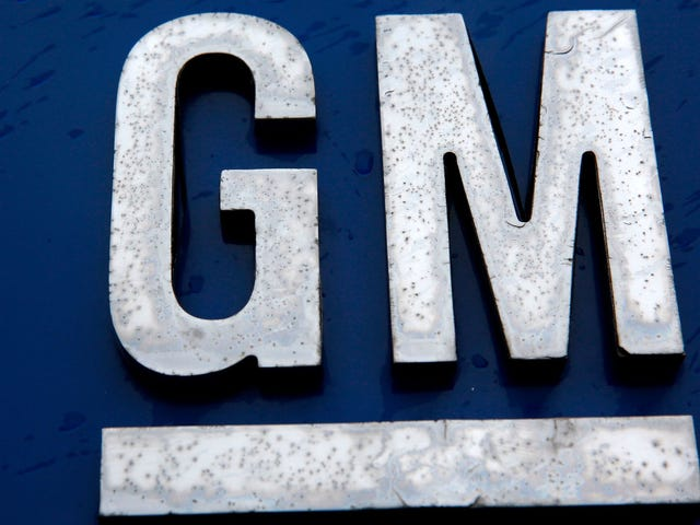 जीएम कर्मचारी वेतन को कम कर रहा है लेकिन बाद में उन्हें भुगतान करने का वादा करता है