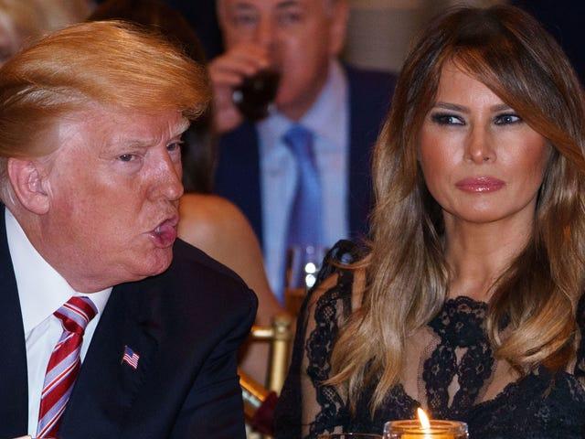 Og her har vi en rapport om Donald og Melania Trump Making i Mar-a-Lago's spisestue