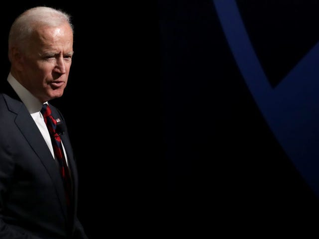 Una seconda donna si è fatta avanti per accusare Joe Biden di essere grossolano