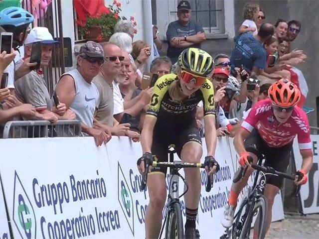 Велосипедист забирає право перед фінішною лінією, програє