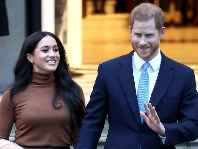 Kembali Dari Liburan, Sussex mengumumkan 'Langkah Kembali' Dari Monarki