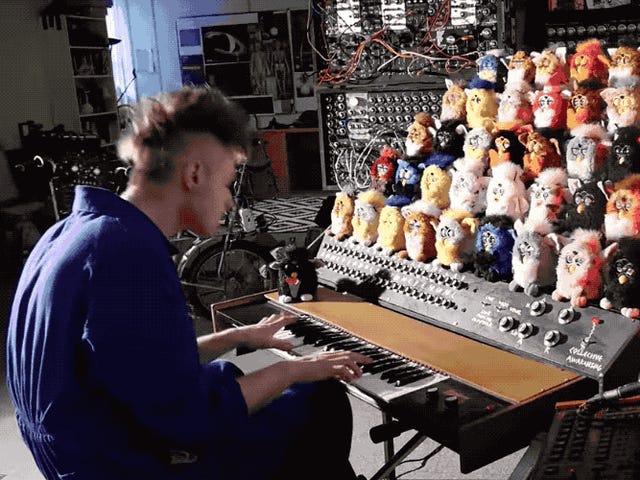 Este delirante órgano hecho con Furbys es perfecto para poner música y tus pesadillas