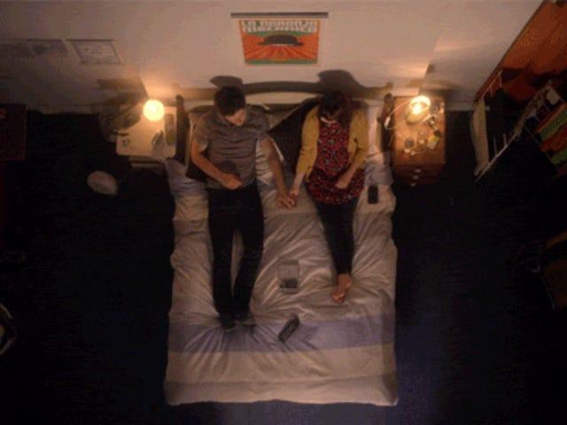 En kærlighedshistorie filmet udelukkende ser ned på en seng