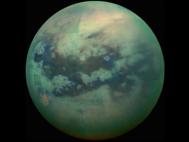 Peer Gjennom den tøffe Haze of Titan å beundre sin massive hav av sanddyner