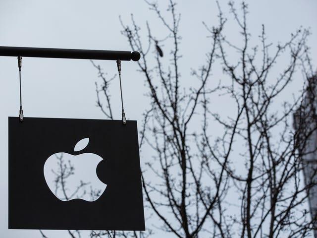 Μια μπάντα κλεφτών ντυμένος όπως οι εργαζόμενοι της Apple κρατάει κλοπή iPhones από τα καταστήματα της Νέας Υόρκης