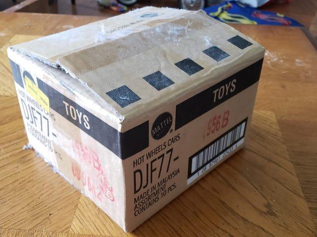 当你搬到新房子里,在打开包装时找到一个满是灰尘的旧箱子......