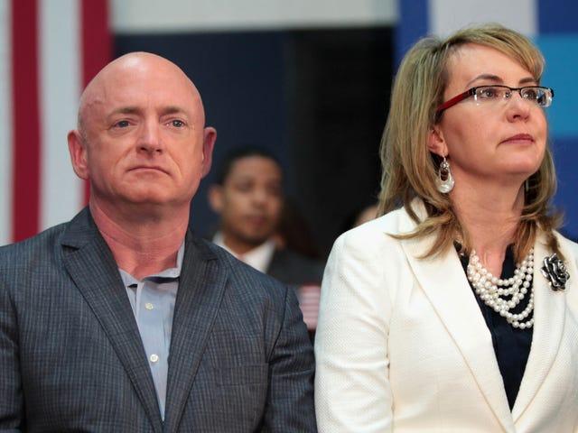 Mark Kelly, astronaute à la retraite et époux de Gabby Giffords, annonce sa candidature au Sénat