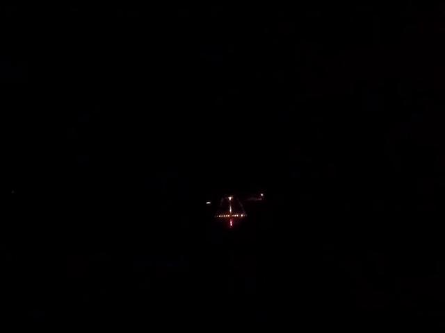 Esto es lo que ve en realidad el piloto de un F18 cuando aterriza en un portaaviones de noche