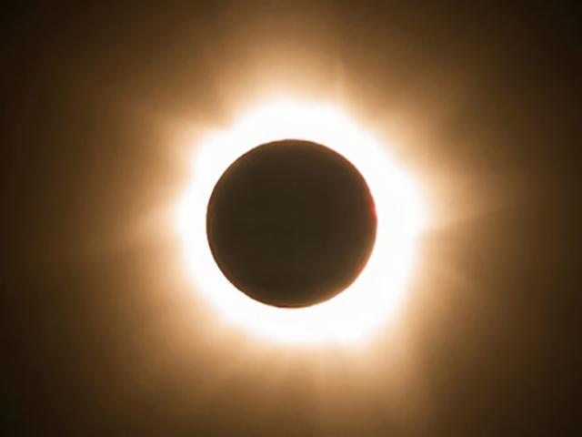 Ya sabemos qué les sucede a tus ojos si miras directamente un eclipse solar (gracias a una mujer que sufrió las consecuencias)