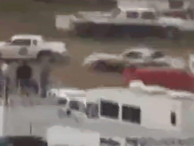 레이스 자동차 운전자가 너트를 타고 구덩이에서 라이벌을 치는 것을 지켜보십시오.