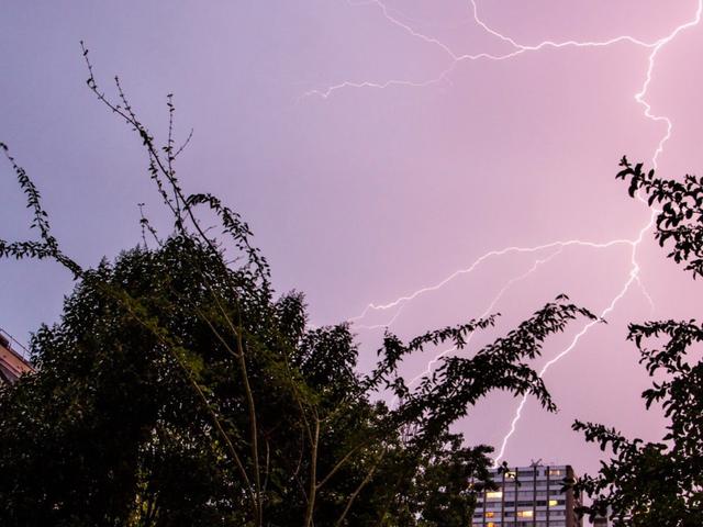 Pautan Observasi yang luar biasa Dua Fenomena Radioaktif yang Berbeza Di dalam Badai Badai