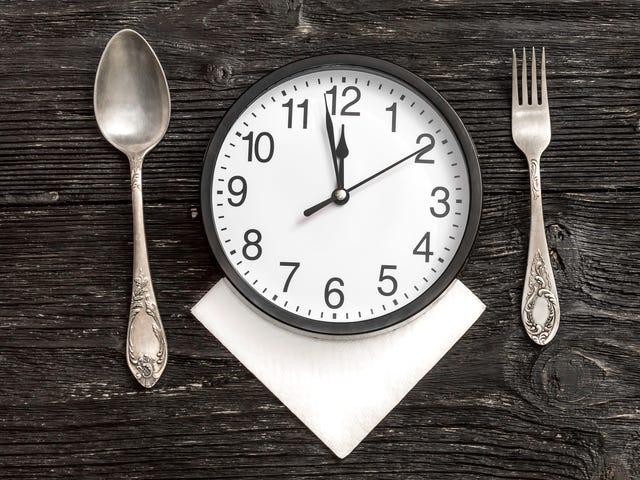 Estudio: omitir el desayuno, cenar tarde y empeorar la recuperación posterior al ataque cardíaco