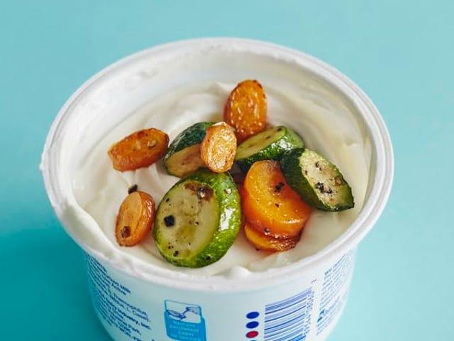 Top Plain Yogurt mit gegrilltem Gemüse für einen gesunden, sättigenden Snack