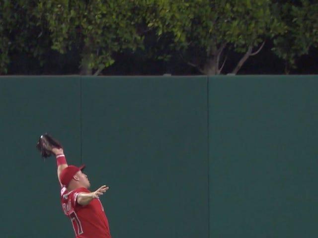 Mike Trout étend sa séquence sur la base, fait une capture incroyable alors que les anges perdent encore une fois