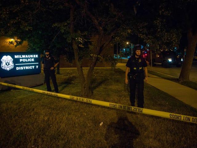 मिल्वौकी विरोध की दूसरी रात के दौरान कम से कम 2 घायल हो गए