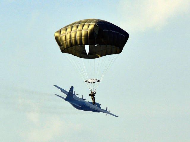 낙하산 조종사의 멋진 사진으로 비행기를 서핑하는 것처럼 보입니다.