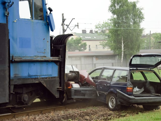 Esto es lo que debe hacer si su automóvil se atasca frente a un tren que se aproxima