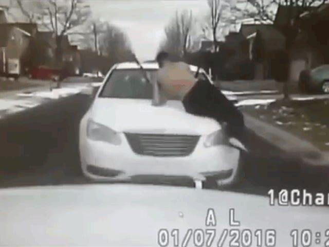 Guy Dengan Brother Pada Hood Rams Cop Car, Memberikan Cop Amazing Look